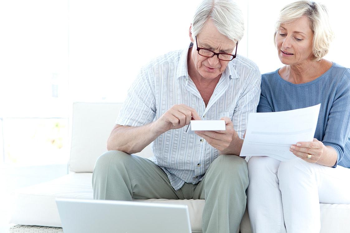 Couple de personnes âgées lisant le projet de loi